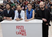 """Diretor Asghar Farhadi posa para fotos com os integrantes do elenco de seu filme """"Le Passé"""", Tahar Rahim, Berenice Bejo e Ali Mosaff, no 66º Festiveal de Cannes, na França. Farhadi estreou seu mais recente drama familiar em Cannes na sexta-feira, confirmando antecipadamente o rumor dos críticos de que o filme seria um candidato ao prêmio máximo do festival. 17/05/2013. REUTERS/Eric Gaillard"""