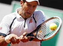 Tenista sérvio, Novak Djokovic, é visto durante jogo contra o tcheco Berdych, durante o Masters de Roma. Berdych conseguiu vencer apenas pela segunda vez em 15 confrontos contra Djokovic, nesta sexta-feira, por 2-6, 7-5 e 6-4, e avançou para as semifinais torneio com uma virada surpreendente no Foto Italico. 17/05/2013 REUTERS/Tony Gentile