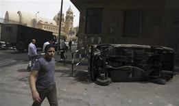 سيارة احترقت في اشتباكات بين مسلمين ومسيحيين في القاهرة يوم 8 ابريل نيسان 2013 - رويترز