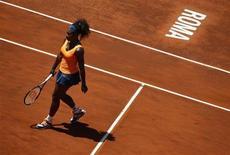 Norte-americana Serena Williams caminha em quadra durante partida semifinal do torneio Masters de Roma. Número um do mundo, Williams se mostrou imbatível neste sábado em Roma e triunfou diante da romena Simona Halep por 6-3 e 6-0 em 65 minutos, o que a classifica para a final com a bielorrusa Victoria Azarenka. 18/05/2013. REUTERS/Tony Gentile