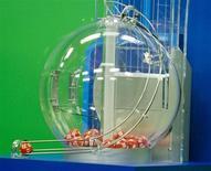 Un billet gagnant de la loterie américaine Powerball d'une valeur record de 590,5 millions de dollars (460 millions d'euros) a été vendu en Floride. Aucun détail n'a été dévoilé sur l'identité du détenteur du billet. /Photo prise le 18 mai 2013/REUTERS/Philip Sears