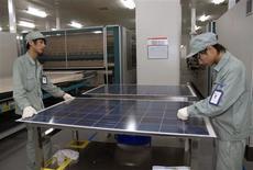"""La Commission européenne a commis une """"grave erreur"""" en acceptant d'imposer des droits de douanes sur les panneaux solaires chinois, estime le ministre allemand de l'Economie, Philipp Rösler dans un entretien au Welt am Sonntag. /Photo d'archives/REUTERS"""
