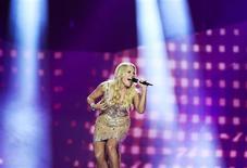 La chanteuse du groupe Cascada, qui a représenté l'Allemagne à l'Eurovision samedi. Cascada, qui faisait figure de favori avant la compétition, a finalement terminé à une piteuse 21e place qui s'explique, pour certains, par l'impopularité en Europe de la politique d'austérité prônée par Angela Merkel. /Photo prise le 19 mai 2013/REUTERS/Jessica Gow/Scanpix Sweden