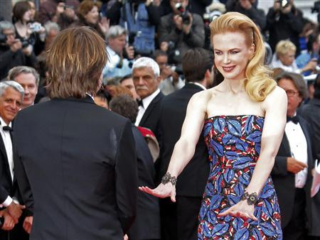 Jury member actress Nicole Kidman (R) and her husband Keith Urban pose on the red carpet as they arrive for the screening of the film ''Inside Llewyn Davis'' in competition during the 66th Cannes Film Festival in Cannes May 19, 2013. REUTERS/Jean-Paul Pelissier