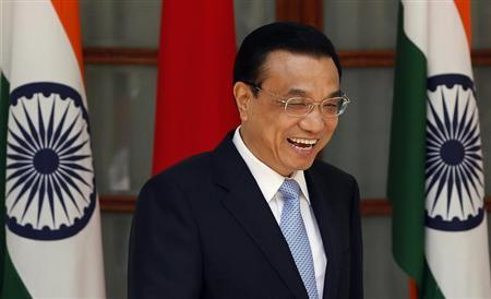 Chinese Premier Li Keqiang laughs during a photo opportunity with India's Prime Minister Manmohan Singh ahead of their meeting at Hyderabad House in New Delhi May 20, 2013. REUTERS/Adnan Abidi