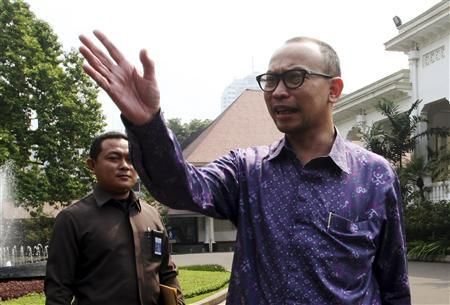 Chairman of Indonesia's Investment Coordinating Board (BKPM) Muhammad Chatib Basri (R) speaks with a journalist after a fit-and-proper test by Indonesian President Susilo Bambang Yudhoyono at the palace in Jakarta May 20, 2013. Indonesia named Basri, 47, as finance minister on Monday as Southeast Asia's biggest economy grapples with slowing economic growth and how to bring down the massive cost of fuel subsidies. He will become Indonesia's third finance minister in as many years when he is inaugurated on Tuesday. REUTERS/Elado