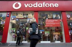 Selon deux sources industrielles, Vodafone a mis fin à un partenariat de neuf ans avec BT, portant sur la fourniture de services mobiles du premier au second. Vodafone était jusqu'ici l'opérateur mobile virtuel (MVNO) pour BT, proposant des services mobiles aux entreprises clientes de la division Global Services de BT. /Photo d'archives/REUTERS/Kevin Coombs