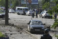 Police and investigators work at the site of a blast in Makhachkala May 20, 2013. REUTERS/Abdula Magomedov/NewsTeam