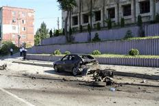 Сотрудники правоохранительных органов на месте взрыва в Махачкале 20 мая 2013 года. Две машины взорвались в дагестанской столице Махачкале около офиса местных силовиков, в результате чего погибли трое человек и 44 были ранены, что стало самым кровавым за этот год актом насилия на Кавказе, страдающем от действий исламистского подполья. REUTERS/Abdula Magomedov/NewsTeam