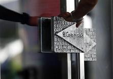 Le distributeur El Corte Ingles, le groupe non-coté le plus important d'Espagne, l'un des premiers employeurs du pays, a ouvert des négociations sur la restructuration de 5 milliards d'euros de dettes. La chaîne de grands magasins a indiqué que la restructuration pourrait se traduire par la création de dette nouvelle qui prendrait la forme d'un prêt syndiqué ou la titrisation de ses prêts à la consommation. /Photo prise le 27 août 2012/REUTERS/Sergio Perez