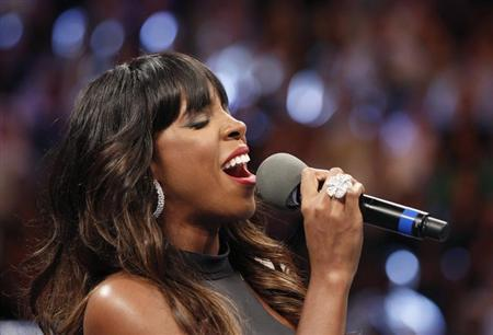 Kelly Rowland sings the U.S. national anthem before the fight between Floyd Mayweather Jr. and Robert Guererro for Mayweather Jr.'s WBC welterweight title at the MGM Grand Garden Arena in Las Vegas, Nevada May 4, 2013. REUTERS/Steve Marcus