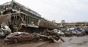 Искореженные автомобили на стоянке больницы в городе Мур, штат Оклахома, после удара торнадо 20 мая 2013 года. Смерч диаметром 3 километра уничтожил пригород Оклахомы и убил по меньшей мере 50 человек, почти половина из которых - дети, что уже стало самой страшной природной катастрофой такого рода в США со времени торнадо в Джоплине, штат Миссури, в котором погиб 161 человек два года назад. REUTERS/Gene Blevins