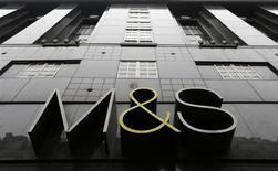 Marks & Spencer fait état mardi d'un bénéfice annuel au plus bas depuis 2009. L'effet de la croissance des ventes alimentaires du distributeur britannique a été annulé par les difficultés commerciales des autres produits proposés. /Photo prise le 11 avril 2013/REUTERS/Andrew Winning