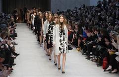 Modèles pour l'automne/hiver 2013 de la collection Burberry Prorsum. Le groupe de luxe britannique affiche un bénéfice annuel avant impôts en hausse de 14%./Photo prise le 18 février 2013/REUTERS/Suzanne Plunkett