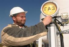 Рабочий в порту Козьмино в Приморском крае 22 октября 2009 года. Российские ведомства согласовали новую формулу расчета основного налога для газовой отрасли - НДПИ, пообещав, что схема будет учитывать колебания мировых цен на энергоносители, которые сегодня снижаются, внутренние тарифы, рост которых власти РФ думают замедлить, а также условия добычи. REUTERS/Yuri Maltsev
