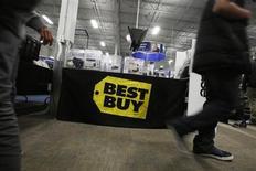 Best Buy, numéro un mondial des magasins d'électronique grand public, a fait état mardi d'une baisse plus forte que prévu de son chiffre d'affaires au premier trimestre, et a prévenu que ses efforts pour regagner sa clientèle auraient des conséquences négatives sur ses bénéfices à court terme. /Photo d'archives/REUTERS/Stephen Lam