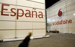 Foto de arquivo de banner da Vodafone durante um congresso em Barcelona, na Espanha. Mais de meio milhão de espanhóis mudaram de operadoras de telefonia móvel em março, para aproveitar as ofertas baratas dos concorrentes, com os principais participantes do mercado Telefónica e Vodafone sendo os maiores perdedores. 12/02/2007 REUTERS/Gustau Nacarino