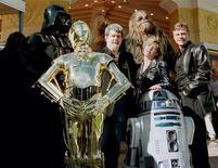 """Imagen de archivo de parte del elenco original de la saga Star Wars junto a su creador, George Lucas, y algunos personajes durante el estreno de """"Star Wars Special Editon"""" en Los Angeles, ene 18 1997. Disney anunció que producirá una nueva serie animada de """"Star Wars"""" que se emitirá en televisión en el otoño boreal del 2014, dando a los seguidores de la franquicia de ciencia ficción nuevas historias antes de que la próxima película de acción se estrene en la gran pantalla en el 2015. Reuters/Fred Prouser"""