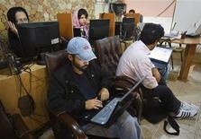 Imagen de archivo de un grupo de clientes en un café de internet en Teherán, mayo 9 2011. Los iraníes están teniendo acceso limitado y una velocidad más lenta de internet de cara a unas elecciones presidenciales imprevisibles que han puesto a las autoridades islamistas en alerta por posibles disturbios. REUTERS/Raheb Homavandi