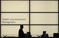 L'Autorité bancaire européenne (ABE) a présenté mardi un projet d'encadrement des bonus des banquiers dont le salaire dépasse 500.000 euros, en précisant les conditions destinées à éviter que cet obstacle soit trop facilement contourné. /Photo d'archives/REUTERS/Andrew Winning