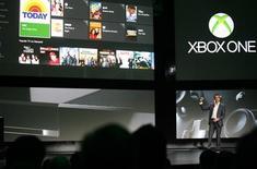 """Microsoft a dévoilé mardi le nom et l'apparence de sa nouvelle console de jeu vidéo, la """"Xbox One"""", qu'il présente comme une plate-forme multimédia complète de salon. Elle est notamment capable de répondre à la voix et aux gestes et elle permet des télécommunications en vidéo via Skype. /Photo prise le 21 mai 2013/REUTERS/Nick Adams"""