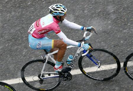 Italy's Vincenzo Nibali climbs during the 146km (91 miles) 15th stage of the Giro d'Italia, from Cesana to Col du Galibier May 19, 2013. REUTERS/Stringer