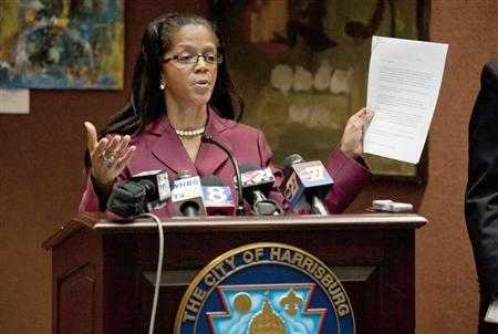 Linda Thompson at a news conference at Harrisburg City Hall in Harrisburg, Pennsylvania, October 12, 2011. REUTERS/Daniel Shanken