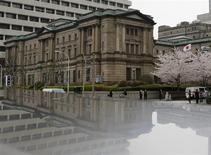 Вид на здание Банка Японии в Токио 29 марта 2013 года. Банк Японии в среду сохранил денежно-кредитную политику без изменений, несмотря на опасения по поводу волатильности на рынке облигаций, заявив, что рост начинает ускоряться, хотя неопределенный мировой прогноз грозит рисками. REUTERS/Yuya Shino