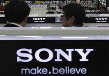 Sony a réduit mercredi ses objectifs de ventes pour ses appareils photo numériques, smartphones et tablettes lors du prochain exercice clos en mars 2015. /Photo d'archives/REUTERS/Shohei Miyano
