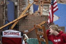 Тэйлор Теннисон сидит у своего дома, разрушенного торнадо, в пригороде Оклахома-Сити 21 мая 2013 года. С завершением спасательных работ в разрушенном смерчем пригороде Оклахома-Сити Муре власти объявили, что обнаружены тела 24 погибших, что вдвое ниже озвученной в понедельник оценки числа жертв стихии. REUTERS/Adrees Latif