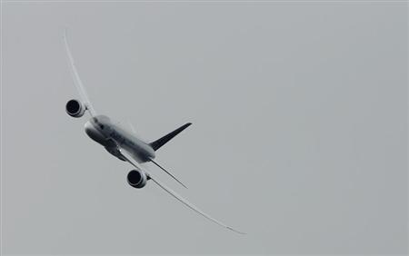 A Boeing 787 Dreamliner performs a display flight at the Farnborough Airshow 2012 in southern England July 9, 2012. REUTERS/Luke MacGregor