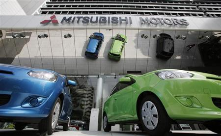 5月23日、三菱自動車工業は復配に向けた準備の第一弾として、10株を1株に併合する方針を固めた。4月撮影(2013年 ロイター/Toru Hanai)