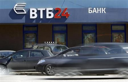 Cars drive past an office of VTB bank in Moscow, April 29, 2013. REUTERS/Sergei Karpukhin