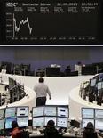 Трейдеры на торгах финдовой биржи во Франкфурте-на-Майне 21 мая 2013 года. Европейские рынки акций открылись снижением. REUTERS/Remote/Marte Kiesling