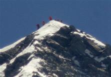 Un Japonais de 80 ans, quatre fois opéré du coeur, a atteint le sommet de l'Everest jeudi, devenant ainsi la personne la plus âgée à avoir conquis le plus haut sommet de la planète. Yuichiro Miura pourrait ne pas conserver son record longtemps, le Népalais Min Bahadur Sherchan, aujourd'hui âgé de 81 ans, a prévu de commencer l'ascension du sommet ce week-end. /Photo prise le 23 mai 2013/REUTERS/Kyodo