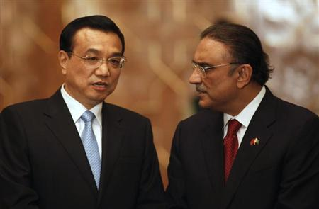Chinese Premier Li Keqiang (L) talks with Pakistan's President Asif Ali Zardari during an agreement ceremony at President House in Islamabad May 22, 2013. REUTERS/Mian Khursheed