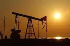 Нефтяная вышка, сфотографированная на восходе на месторождении в Баку, 24 января 2013 года. Госнефтекомпания Азербайджана (ГНКАР) планирует взять кредиты на сумму свыше $20 миллиардов для реализации в ближайшие пять лет инфраструктурных проектов, направленных на увеличение присутствия за рубежом и экспорта газа в Европу, куда нацелилась Россия газопроводом Южный поток. REUTERS/David Mdzinarishvili