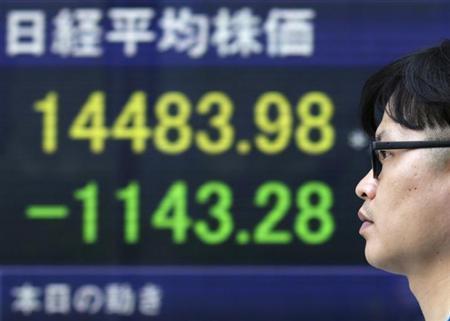 5月23日、日本株急落の背景には、デリバティブ市場でのテクニカルな売り需要があったと指摘されている。写真は都内で撮影(2013年 ロイター/Toru Hanai)