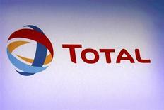 Логотип Total на ежегодной презентации компании в Париже 13 февраля 2013 года. Французская нефтяная компания Total планирует инвестировать 1 миллиард евро в нефтеперерабатывающий и нефтехимический комплекс в бельгийском Антверпене, сообщил директор компании по переработке Патрик Пуйян. REUTERS/Philippe Wojazer