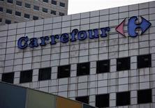 Carrefour à suivre à la Bourse de Paris à la mi-séance car le titre se replie de 3,42% au lendemain d'une hausse de 4,7%. Des traders indiquant que les investisseurs vendent la valeur après la confirmation de la vente par le distributeur de la participation résiduelle de 25% dans sa coentreprise au Moyen-Orient à son partenaire local Majid Al Futtaim pour un montant de 530 millions d'euros. L'indice CAC 40 perd de son côté 2,17% à 3.963,09 points. /Photo d'archives/REUTERS/Tim Chong