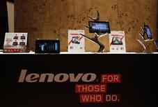 Le fabricant chinois de micro-ordinateurs Lenovo fait état d'un bénéfice pratiquement doublé au quatrième trimestre qui contraste avec les difficultés que traverse le secteur. /Photo prise le 23 mai 2013/REUTERS/Bobby Yip