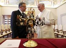 Pope Francis speaks with El Salvador's President Mauricio Funes (L) after receiving the gift of a cross from him during a meeting at the Vatican May 23, 2013. REUTERS/Alessandro Bianchi