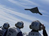 Drone é lançado a partir de uma aeronave, na costa do oceano Atlântico em Virginia, nos EUA. O presidente dos Estados Unidos, Barack Obama, tentará desviar a atenção de uma série de escândalos com um discurso, nesta quinta-feira, em que defenderá o uso de aeronaves não-tripuladas norte-americanas no exterior e estabelecerá um caminho para o fechamento da prisão militar na Baía de Guantánamo, em Cuba. 14/05/2013 REUTERS/Jason Reed