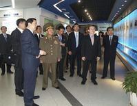 2013年5月23日,朝鲜人民军总政治局长崔龙海(中间)参观北京经济技术开发区。REUTERS/KCNA