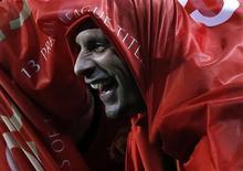 """Рио Фердинанд празднует завоевание титула чемпиона Англии после победы над """"Астон Виллой"""" на стадионе """"Олд Траффорд"""" в Манчестере 22 апреля 2013 года. Центральный защитник """"Манчестер Юнайтед"""" Рио Фердинанд подписал в четверг новый однолетний контракт с английским клубом. REUTERS/Phil Noble"""