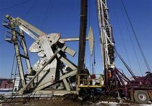 Мужчина спускается с нефтяной вышки на месторождении под Уиллистоном (Северная Дакота, США), 12 марта 2013 года. Рынок нефти готовится зафиксировать сильнейший спад за пять недель в связи с избыточным предложением и медленным ростом мировой экономики. REUTERS/Shannon Stapleton