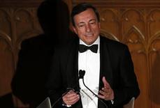 Президент Европейского центробанка Марио Драги выступает в Лондоне, 23 мая 2013 года. Еврозона сейчас более стабильна, чем год назад, но экономическая обстановка остается сложной и правительства должны продолжать осуществление реформ и создание банковского союза, сказал президент Европейского центробанка Марио Драги. REUTERS/Stefan Wermuth