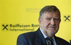 Le directeur général du groupe autrichien Raiffeisen Bank International (RBI), Herbert Stepic, a proposé sa démission au conseil d'administration vendredi après l'annonce de l'ouverture d'une enquête officielle sur ses placements personnels dans des paradis fiscaux. /Photo prise le 24 mai 2013/REUTERS/Leonhard Foeger