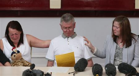Ian Rigby (C), the stepfather of murdered soldier Lee Rigby, reads a statement with Lee Rigby's mother Lyn (L) and wife Rebecca (R) at a news conference held at the Regimental HQ of his unit, the Royal Regiment of Fusiliers, in Bury, northern England May 24, 2013. REUTERS-Dave Thompson-Pool