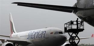 Sri Lankan Airlines a signé une commande de 10 Airbus, d'un montant global de 1,3 milliard de dollars (1,0 milliard d'euros), afin de moderniser sa flotte, a déclaré son directeur général à Reuters. Cette commande regroupe six A330-300 et quatre A350-900. /Photo prise le 11 février 2013/REUTERS/Dinuka Liyanawatte